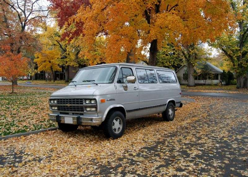 Chevrolet Chevy Van 3rd generation [4th restyling] Sportvan minivan 6.2 D AT Overdrive G30 (1992–1993)