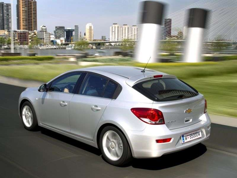 Chevrolet Cruze J300hatchback 1.6 MT Base (1PP68I2G2) (2011–2012)