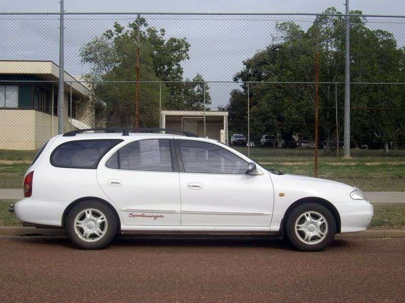 Hyundai Lantra J2 [restyled] Sportswagon wagon 2.0 MT (1998–2000)
