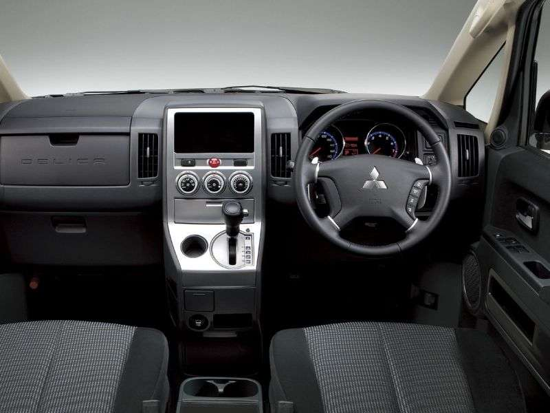 Mitsubishi Delica minivan 5.generacji 2.4 MT (2007 obecnie)