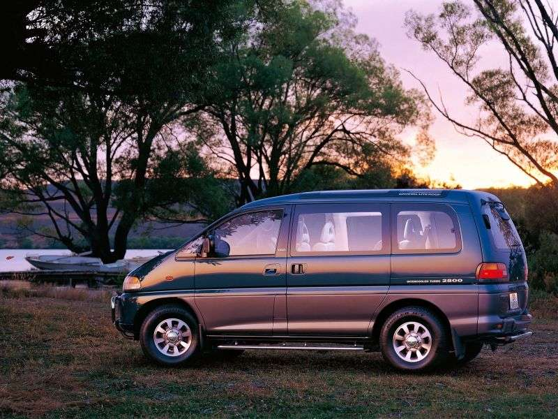 Mitsubishi Delica 4th generation minivan 3.0 AT 4WD (2004–2005)