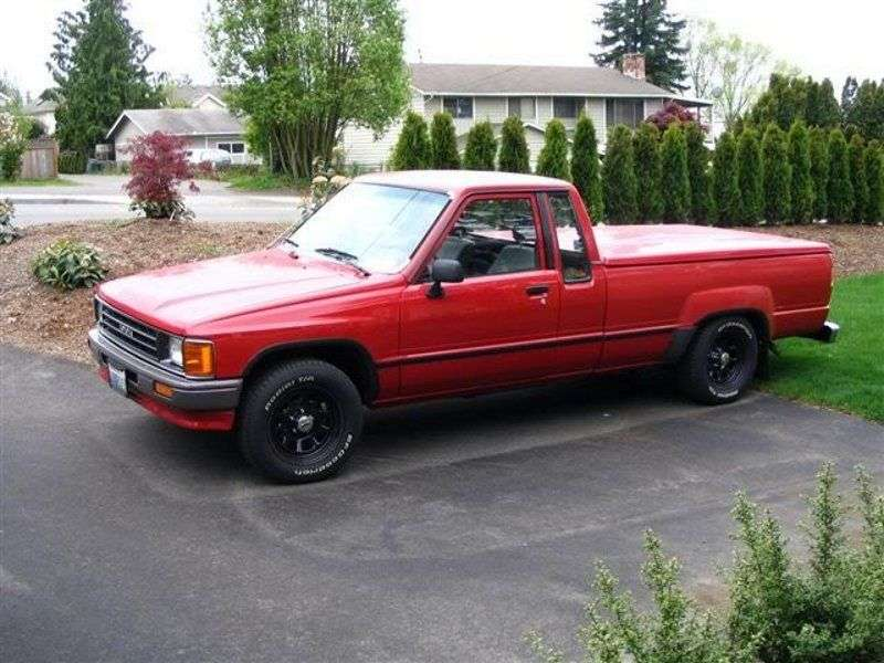 Toyota Hilux 4th generation Xtracab pickup 2 bit. 2.4 MT MT AWD (1985–1986)