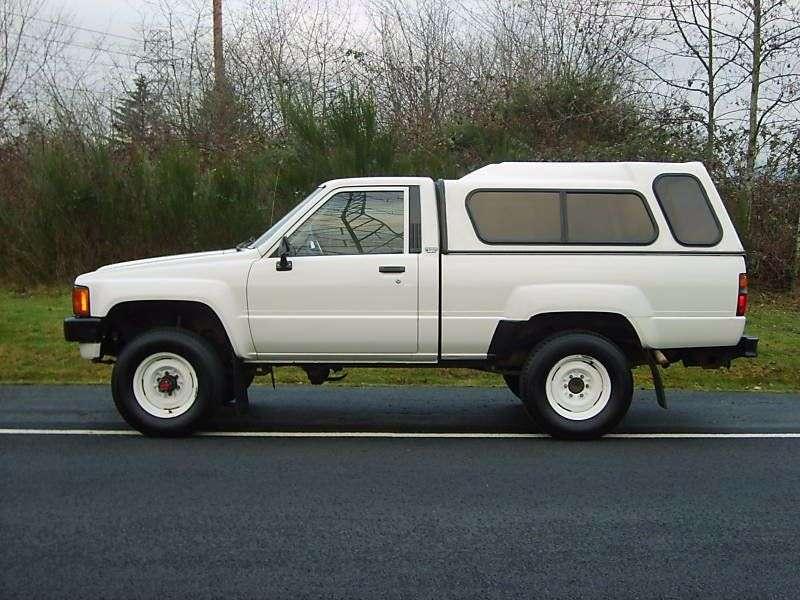Toyota Hilux 4 generation pickup 2 bit. 2.4 MT MT AWD (1985–1986)